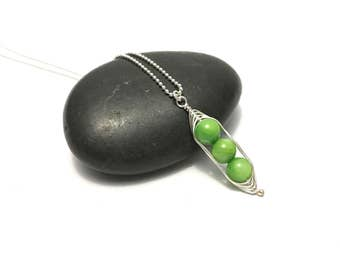 Pea pod necklace //  Three peas in a pod with green mother of pearl Jewelry for mom, sister, best friend triplet jewelry