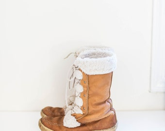 MUKLUKS vintage leather mid calf winter boots - caramel brown and lace up eskimo boots - women's size 8.5