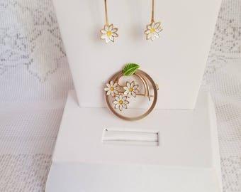 Vintage Art Deco Enamel Daisy Brooch And Earrings Demi Parure Set Gold Tone Metal White Flower Yellow Centers Drop Dangle Screw Back Dainty