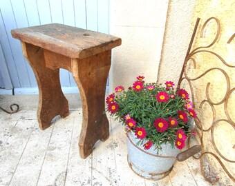 Tabouret en bois brut très rustique, vintage