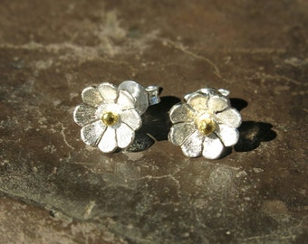 Flower stud earrings in Karen and Sterling Silver with gold covered pistils, purity, junior bridesmaid, regali per lei, gioielli artigianali
