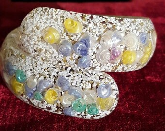 Absolutely lovely, vintage 40's, confetti lucite, clamper bracelet with pastel seashells!