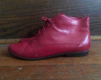 Vtg 1980s Womens CONNIE Red Leather Stacked Heel Ankle BOOTS Size 9 Granny Hipster Roper Pixies Flats