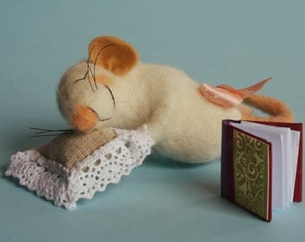 Needle felted sleeping mouse. Mouse with pillow and a book. Tiny pillow. Miniature book. Gift Sleeping animal. Felting dreams. sleeping mice