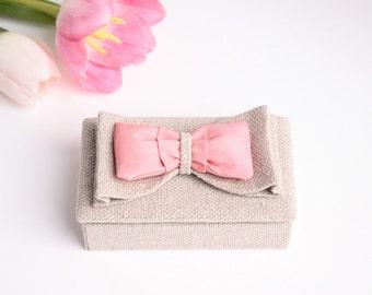 Door alliance in flax and node in dredged pink silk bridesmaids gift.