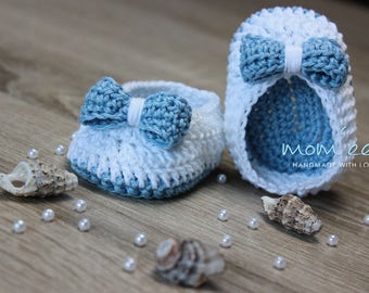 Crocheted baby moccasins with a loop in light blue white GR 15.