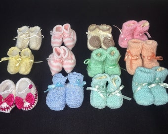 Crochet baby shoes with bows