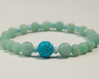 Stretch bracelet with carved flower bead