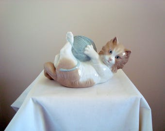 Vintage Pottery NAO 'Cat Playing' by LLADRO: 02000259 / Cat collectibles