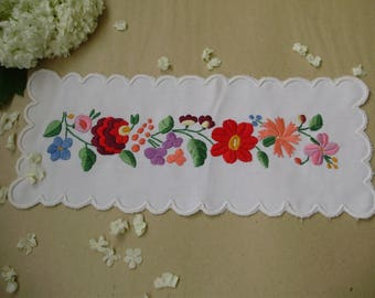 Vintage,Hungarian handmade embroidered doily/runner& Kalocsa flower pattern
