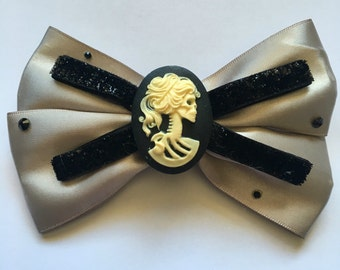 Lady skull cameo hairbow (champagne)