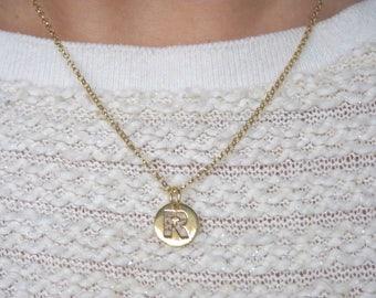 Colla r con tu inicial en plata de ley y plata de ley bañada en oro