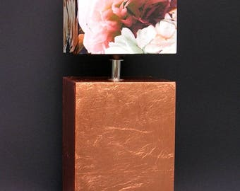"Table lamp ""Sintra"" with a copper base and flowers"