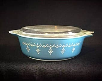 Vintage Pyrex 'Blue Snowflake' 1.5 Pint Round Casserole Dish with Lid • Excellent Condition!