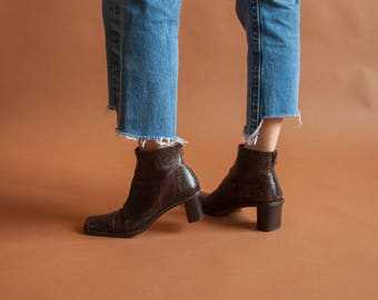 snakeskin imprint leather chelsea boots / low heel leather ankle boots / 90s low heel booties / 6.5 M / 824s / B4
