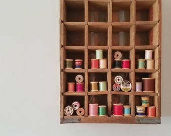Wood Spools Set of 31 / Vintage Sewing Graphics Accessory / Primitive Wood Spools With Labels / Colorful Spools with Thread Bowl Fillers