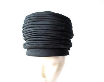Nefertiti vintage 50s, black rayon, adjustable crown, accordion pleated, turban  hat. Made by Gene Doris. New York. Size 22.