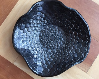 Free form wavy doily dish in black