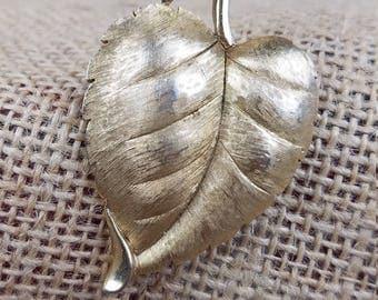 Vintage Trifari gold tone leaf brooch pin jewelry