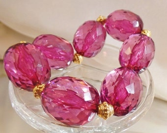 CHRISTMAS SALE Vintage Purple Lucite Bead Bracelet. Large Oval Faceted Lucite Bead Bracelet.  Stretch.