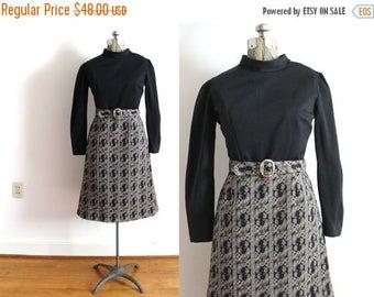 ON SALE 70s Dress / 1970s 60s Mod Black and White Paisley Autumn Dress
