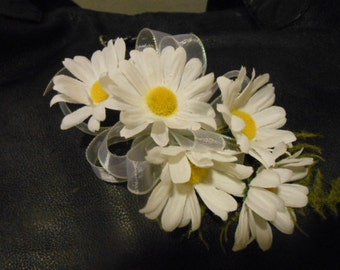 2 pc. set: Daisy WRIST CORSAGE and Daisy Boutonniere. Mother of the Bride  Wedding Prom.  White Yellow Shasta Alaska Daisies
