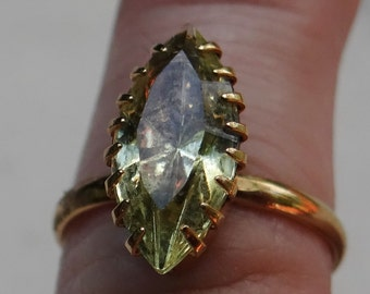 Single Pale Green Stone Cocktail Ring in Gold Tone Band and Setting, Women's size 6.5