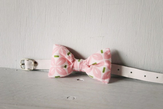 Bow tie cat collar >> Small dog bow tie >> Pink, green and white bow tie, white leather strap and silver buckle >> Pet gift