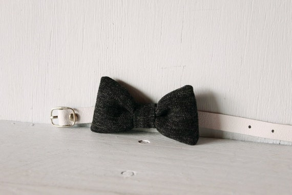 Bow tie cat collar >> Small dog bow tie >> Black bow tie, white leather strap and silver buckle >> Pet gift