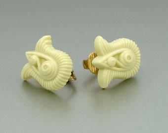 Vintage 1982 AVON 'Gracious Tulips' Clip Earrings. Vintage Clip Earrings. Vintage Avon Earrings. Vintage Avon Jewelry.