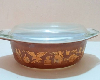 Vintage Early American Pyrex casserole with lid 043 1.5 qt