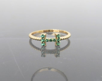 Vintage 18K Solid Yellow Gold Tsavorite Letter H Band Ring Size 6.5
