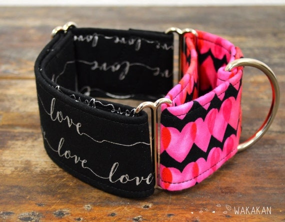Martingale dog collar model Lots of Love. Adjustable and handmade with 100% cotton fabric. Valentine's Day, hearts, silver letters. Wakakan