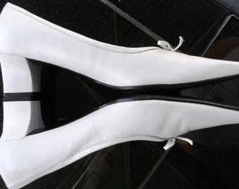 Vintage 1990's White Leather NATURALIZER Pumps* Size 8 1/2 N . 2 Inch Heel . Wedding . Party . Prom . Like New!