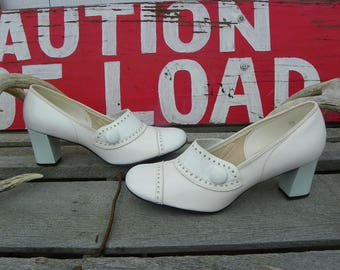 Vintage • Hi Brow Shoe Bright White Leather Buttons Wedge Heels | Size 7 1/2 W 1960s Hibrow Short Wedges Wedge Ladies Womens | Made in USA