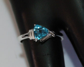 80's blue topaz CZ trillion sterling abstract arrow head ring, elegant 0.75 carat cubic zirconia triangle in 925 silver solitaire, size 6.25