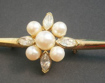 D89) A lovely vintage gold tone metal faux pearl and rhinestone bar brooch