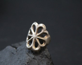 Simple Sand Cast Sterling Silver Native American Old Pawn Navajo Flower Ring