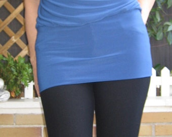 Blouse / Top in blue tones and with print on the back. Long lycra blouse in blue color