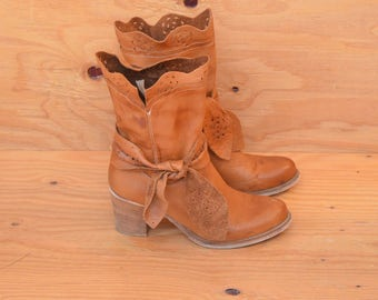 Made In Italy Yellowish Tan Supple Leather Vintage 70's Fashion Boots With Cut Out Detail Size 9