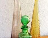 Vintage italien vert pressé decantur en verre avec bouchon géodésique.
