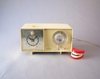 Vintage 60s mid century modern GE General Electric solid-state clock a.m. radio