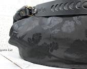Edizione limitata, pochi pezzi. Romantic Lilidith è una borsa in tessuto nero con rose cangianti stile gotico/dark/romantico.Leggera,robusta