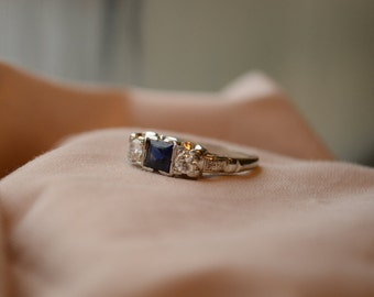 Gorgeous art deco style vintage 18K white gold Sapphire and Diamond ring