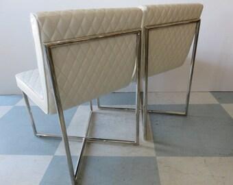 Paire de Mid-Century Modern matelassé simili cuir et Chrome fauteuils à X Base, à la manière de: Milo Baughman.
