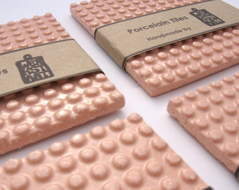 Porzellan Untersetzer, moderne Untersetzer, rosa Untersetzer, zeitgenössische Keramik, Hochzeitsgeschenk, Set von 4 rosa