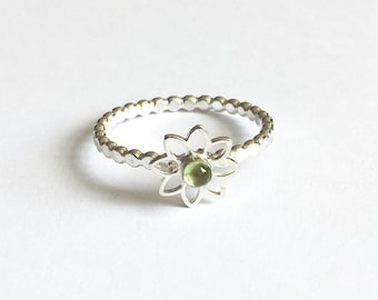 Peridot silver ring, daisy flower ring, green stacking ring, wedding bridal jewellery, bridesmaid jewellery gift, modern Peridot jewelry