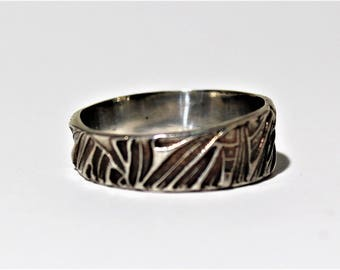 Silver band ring with leaf design