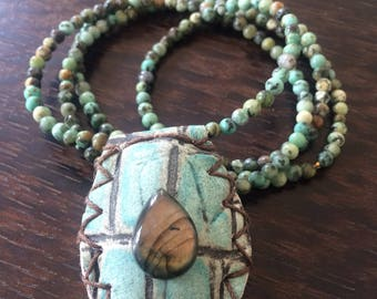 Necklace amulet way turquoise Croc leather, cabochon in labradorite and assorted 4 mm natural pearls