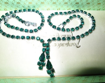 Lovely vintage  silvertone emerald green rhinestone necklace